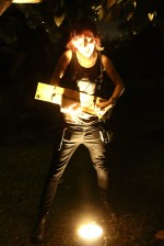 Leanne playing her birthday card guitar / Leanne jouant de sa carte d'anniversaire guitare